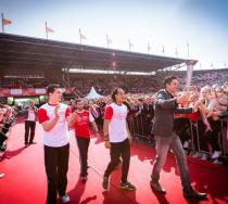 V-wings begeleid Pieter van den Hoogenband bij het ontsteken van de olympische vlam